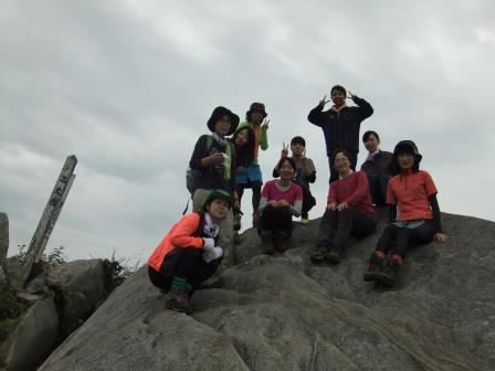 山頂には大岩が!