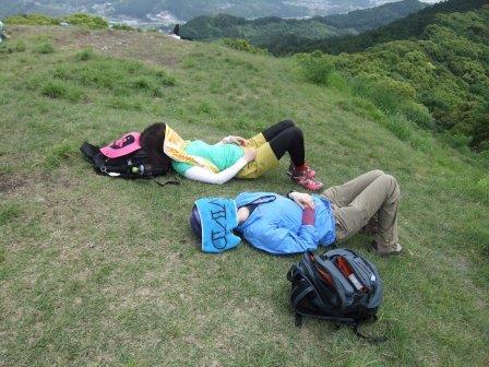 三日月山頂でお昼寝中~