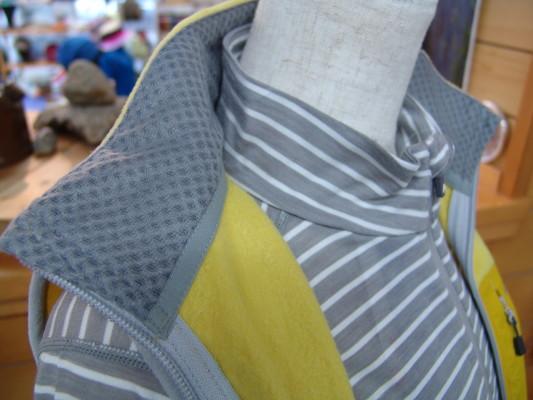 襟の裏には汗を吸うポリエステル素材を使用。これでベタツキ軽減。